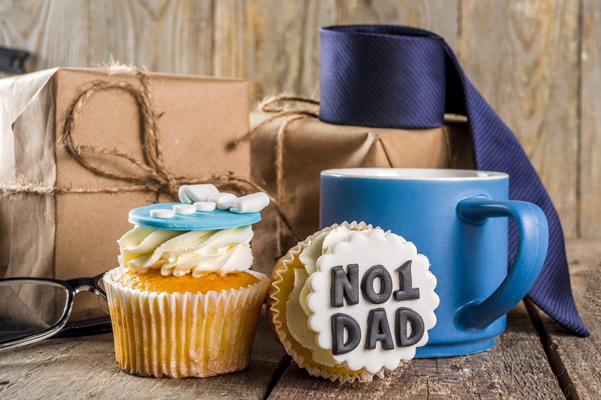 Cheap gifts such as cupcakes, mugs, and neck tie for dad on Father's day